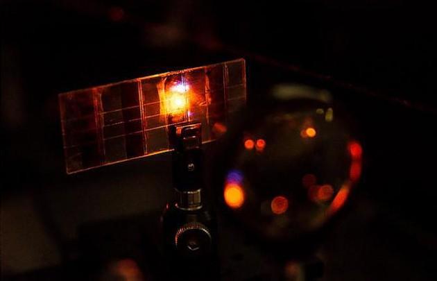 Разработана панель солнечной батареи, способная излучать свет