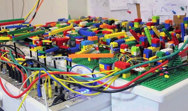 Клубок проводов и кирпичиков Lego Technic