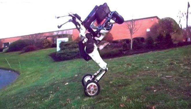 Вweb-сети появилось видео двуногого робота, ловко балансирующего наколесах