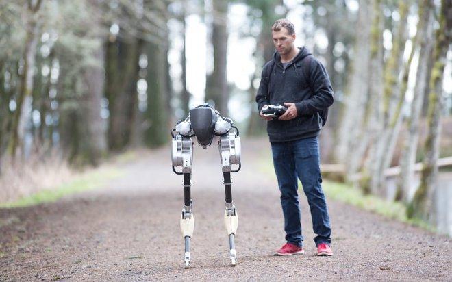 Джонатан Херст и робот Кэсси