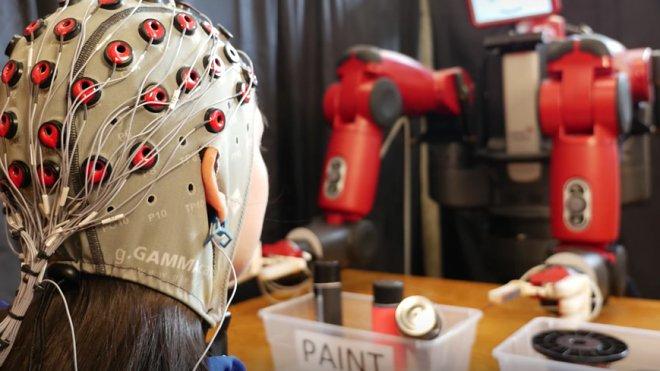 Этим роботом можно управлять силой мысли