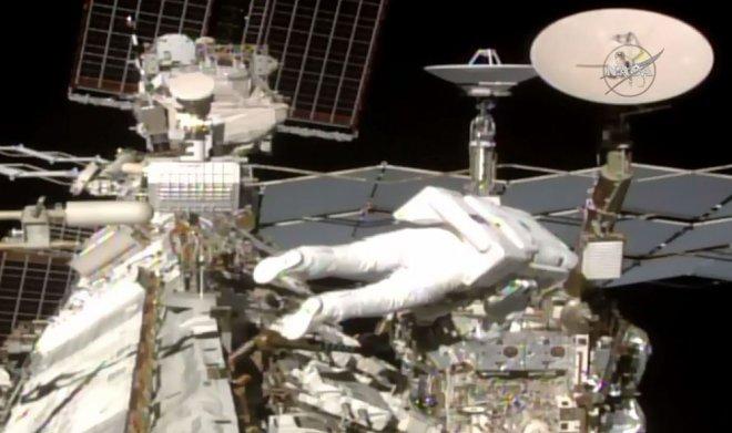 Астронавты NASA впроцессе выхода вкосмос потеряли кусок МКС