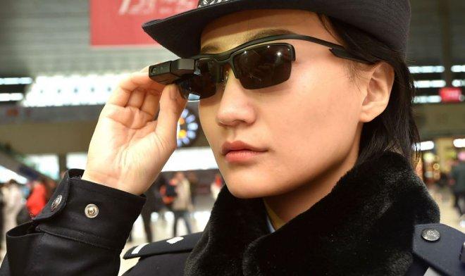 Наука и технологии  | Китайские полицейские берут на вооружение «умные» очки с функцией распознавания лиц | tech-crunch