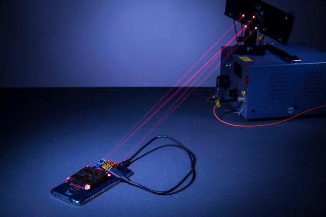 Ученые впервый раз зарядили смартфон лазером срасстояния 4 метра