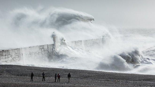 Мастерство фотографа позволило разглядеть в морских волнах мифических существ