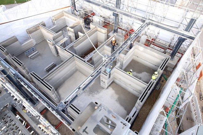 Самый быстрый 3D-принтер в мире почти завершил постройку трехэтажного дома вГермании