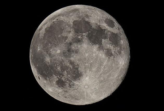 Луна с каждым годом всё дальше