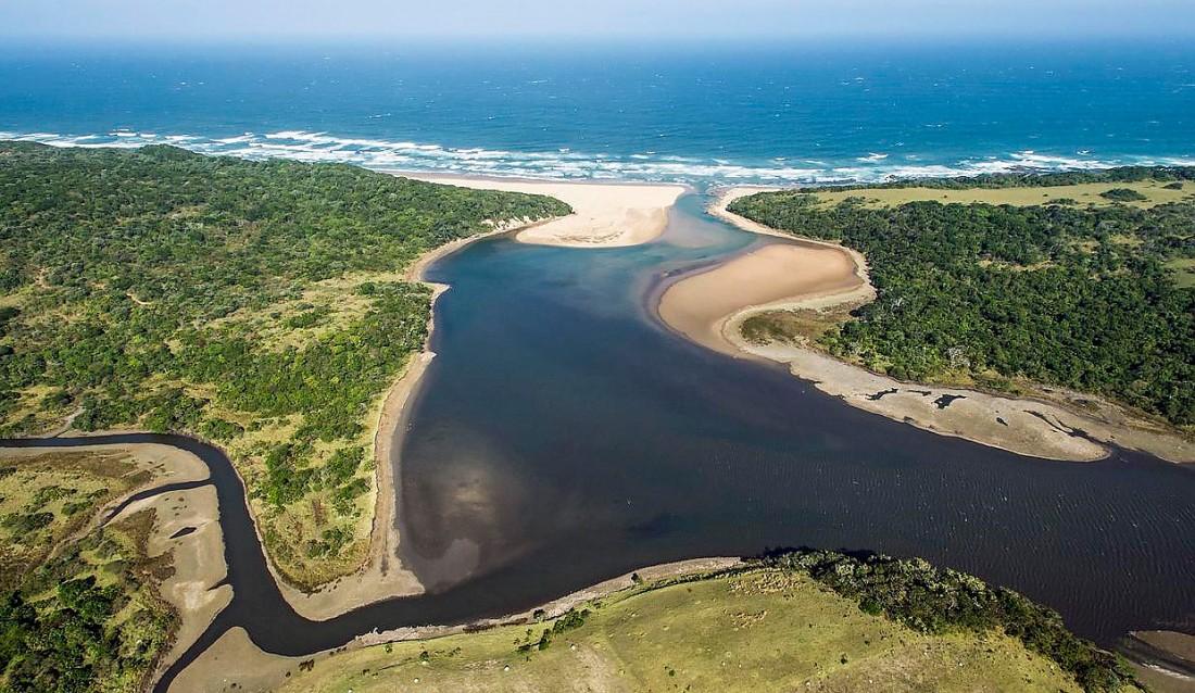 Картинка река впадает в море