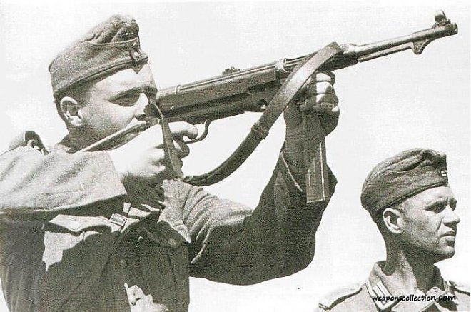 Немецкий солдат ведет огонь из MP-40
