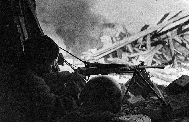 Пулеметный расчет ДП-27 в бою