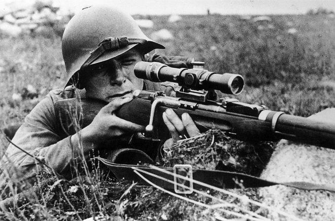Снайпер с винтовкой Мосина