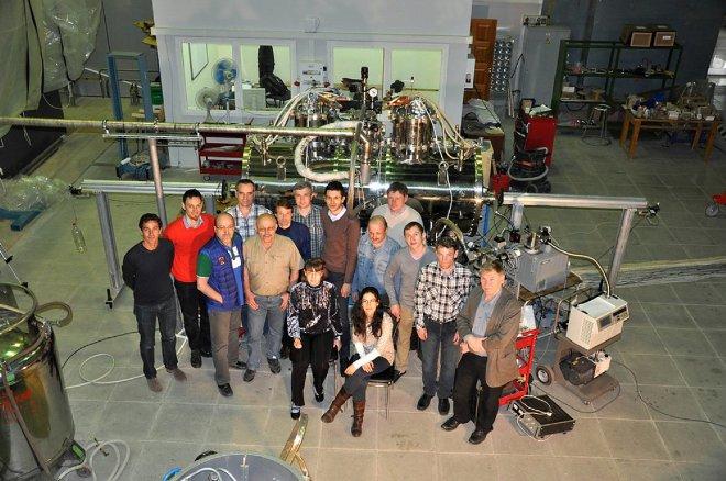 Физики возле генератора