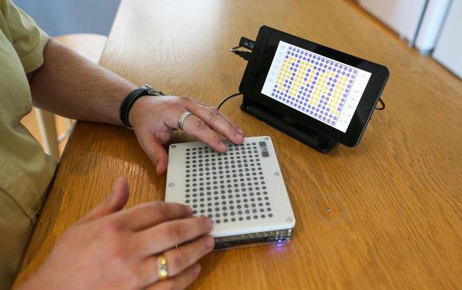 Сенсорный планшет для слабовидящих