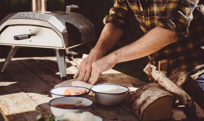 Маленькая печь Ooni Karu приготовит пиццу в течение одной минуты