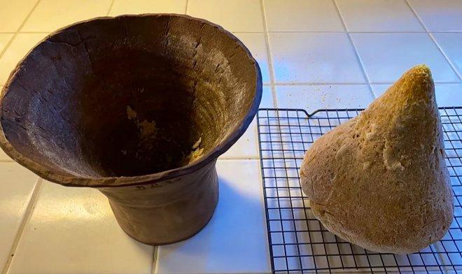 На фото глиняная форма для выпечки и испеченный хлеб древнего Египта. Древние хлебо-булочные изделия сохранились в гробницах и демонстрируются в музеях мира. Египтологи с микробиологами исследовали состав найденных подношений, и древние подношения ныне воссоздаются.