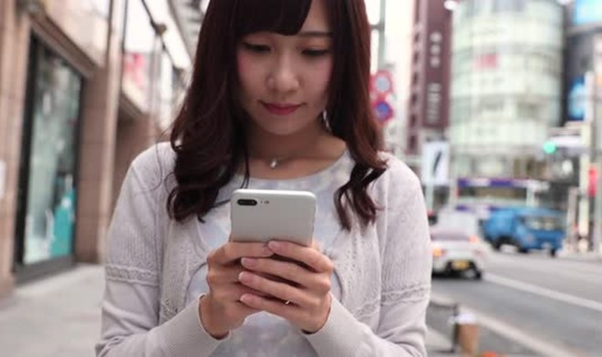 Японка со смартфоном