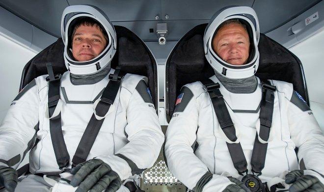 Во время исторического спуска в Crew Dragon Боб Бенкен и Даг Херли развлекались телефонными розыгрышами