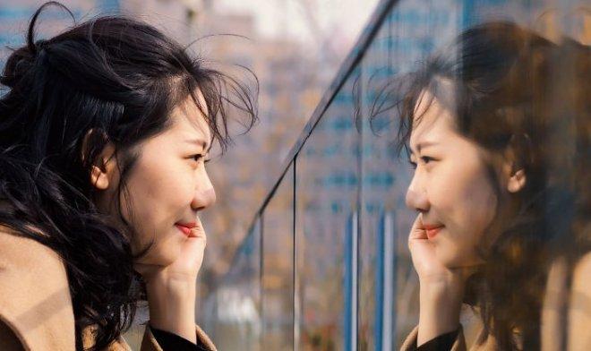 Почему зеркала переворачивают изображение горизонтально, а не вертикально