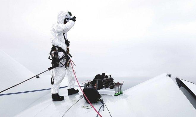 Робот BladeBUG инспектирует ветрогенераторы, ловко перемещаясь по лопастям турбин