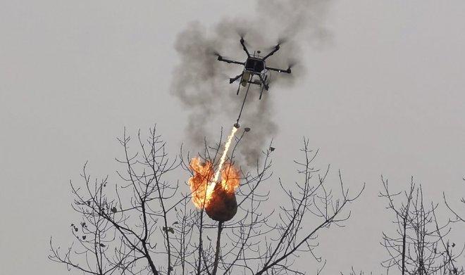 В Китае для сжигания осиных гнезд приспособили коптер с огнеметом