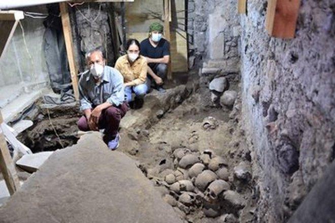 Археологи ведут раскопки жуткой «башни черепов» ацтеков в центре современного Мехико