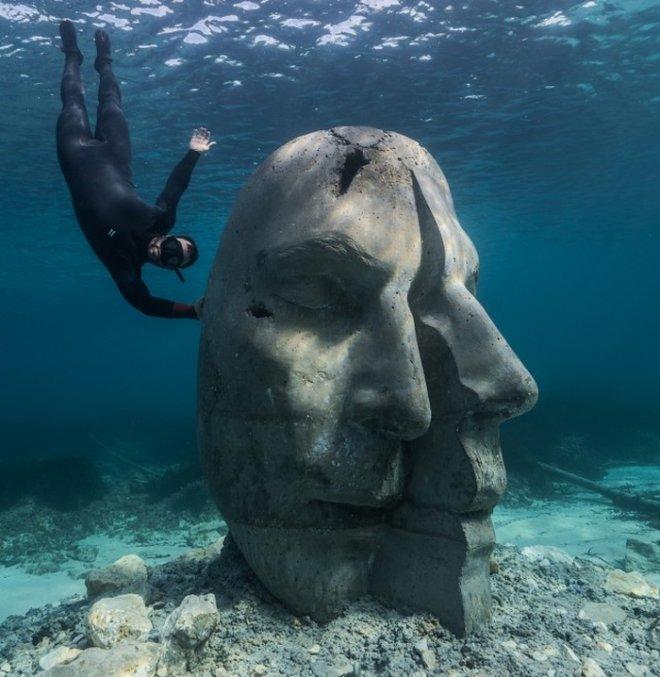 На дне у Лазурного берега Канн установили странные каменные головы