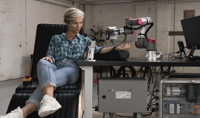 Голландская актриса Стийн Франсен сделала себе татуировку с помощью дистанционного робота