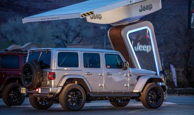 Jeep начинает разворачивать сеть зарядных станций посреди американского бездорожья